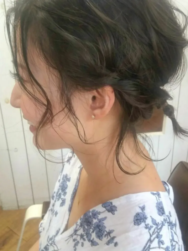 後れ髪が大人可愛い結婚式向け編みおろしヘア