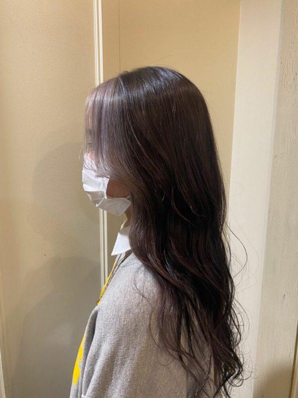 ベージュ風な髪色のシルバーインナーカラー