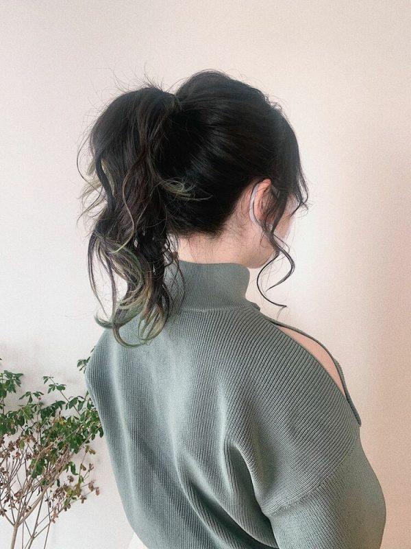 ポニーテールの前髪なしセミロングヘアアレンジ