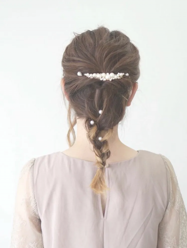 ヘアアクセが似合う結婚式向け編みおろしヘア