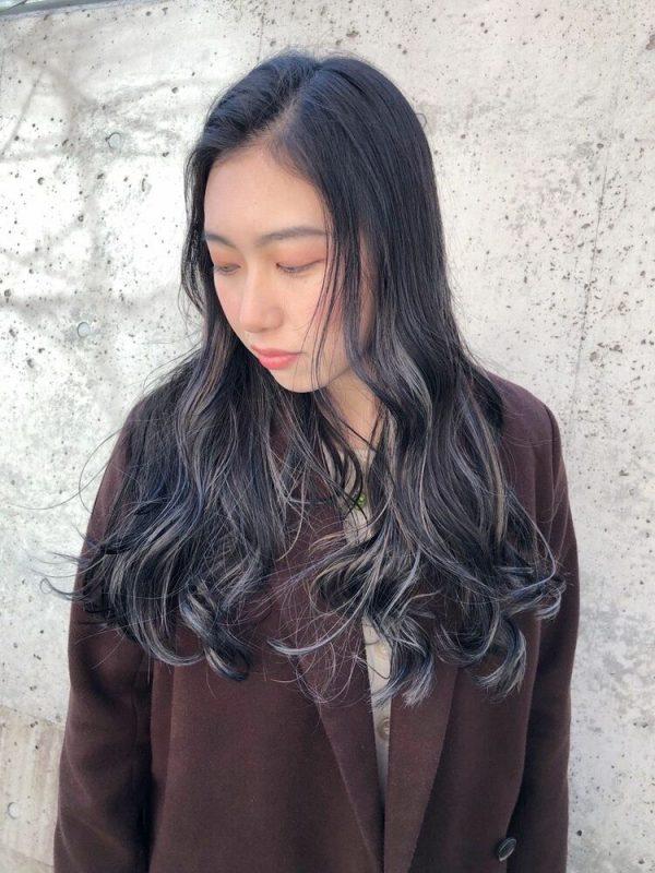 巻き髪ロング×グレーイヤリングカラー