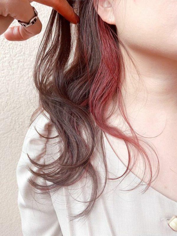 クールなレッドピンクのインナーカラー