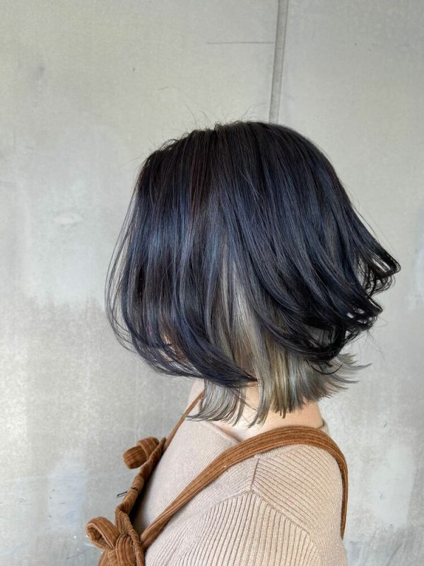 黒髪を引き立てるシルバーインナーカラー