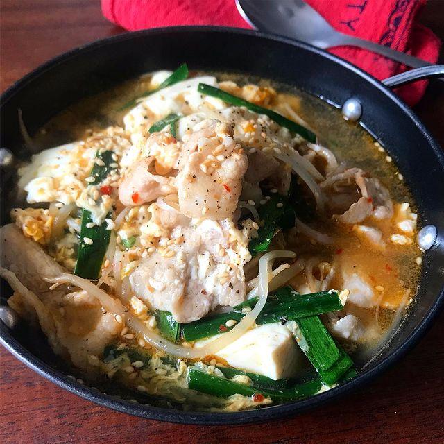 もやし、豆腐、豚肉、にら、スープ、ピリ辛。