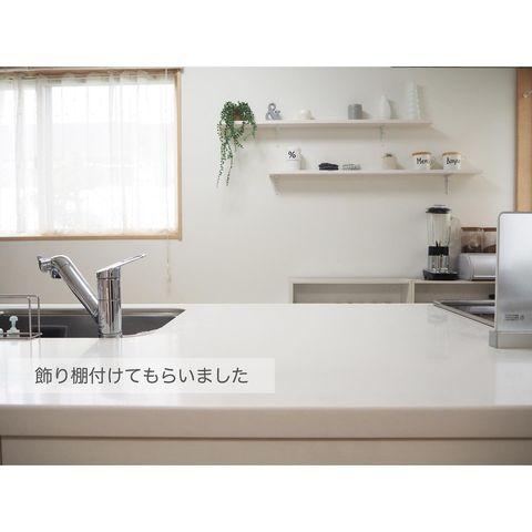 広い壁のスペースに映えるキッチン飾り棚実例