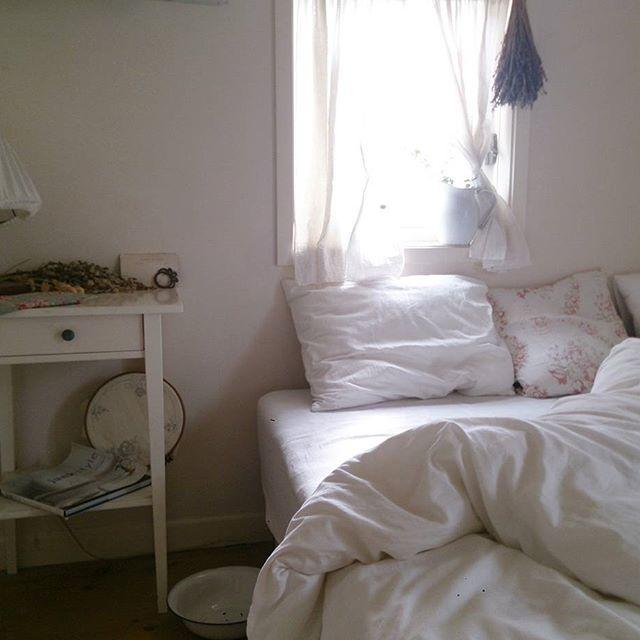 ベッドサイドのインテリアと収納12