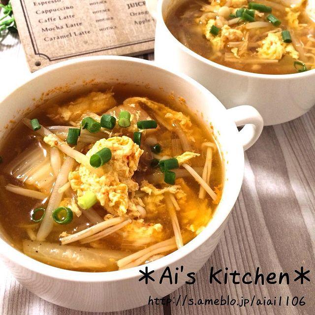 スープ、もやし、えのき、キムチ、卵、ネギ。