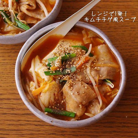 もやし、人参、ニラ、豆腐、豚肉、キムチ、スープ。