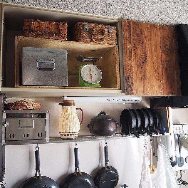 はかりが可愛いレトロポップキッチンの収納棚