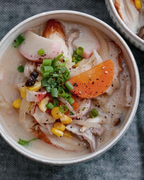 もやし、スープ、かまぼこ、ちくわ、人参、ねぎ、コーン、玉ねぎ、豚肉、白菜、しめじ、カニカマ、ちゃんぽん。