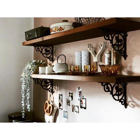 高級感香るアンティーク風キッチン飾り棚実例