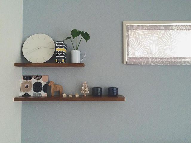 壁掛け時計と小物を飾っている和室の飾り棚