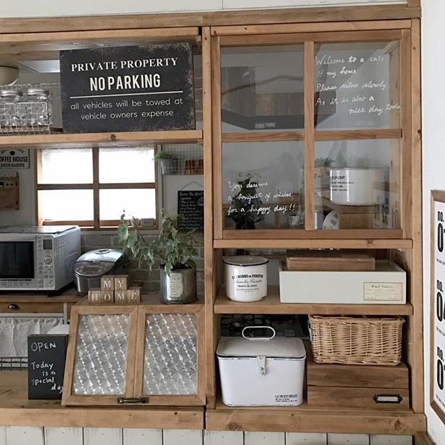 窓がリアルなカフェ風のインテリア