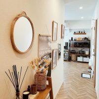 木の家具とグリーンで彩るナチュラルな癒し空間。一人暮らしのインテリア