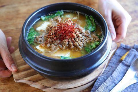 スンドゥブ、スープ、もやし、豚ひき肉、糸唐辛子、豆腐、チンゲン菜。