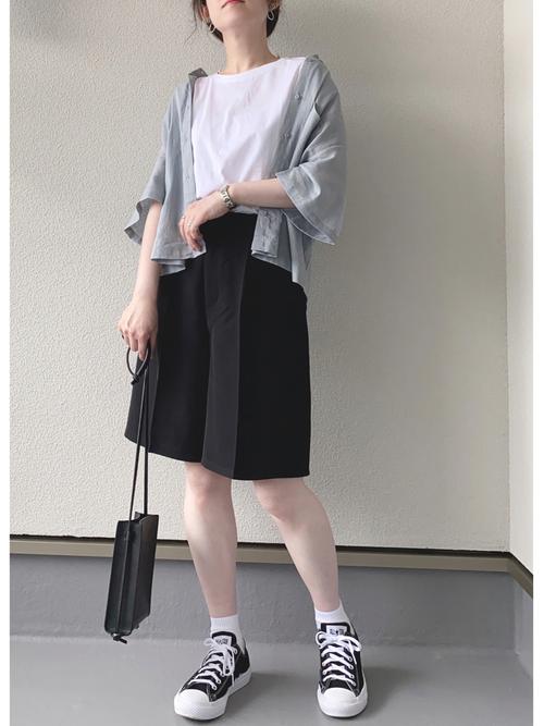 水色GUシャツ×黒ショートパンツの夏コーデ