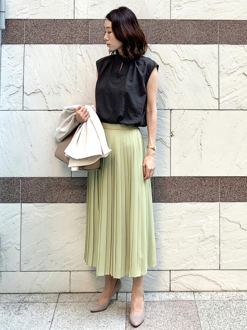 ユニクロ緑スカート×黒トップスの夏コーデ