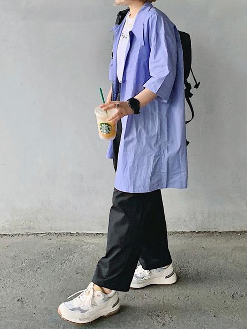 無印黒パンツ×ブルーシャツの夏コーデ
