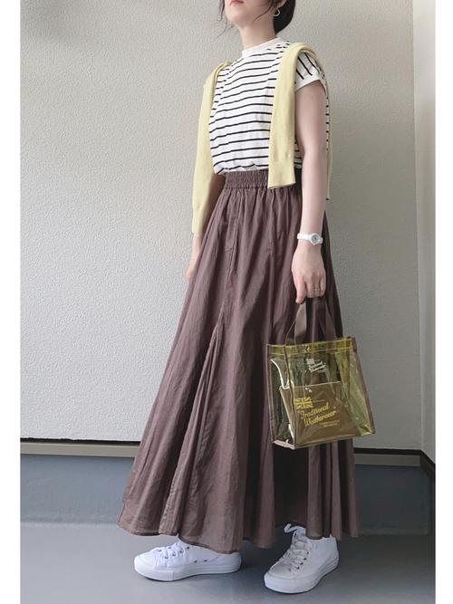 無印カーディガン×茶色スカートの夏コーデ
