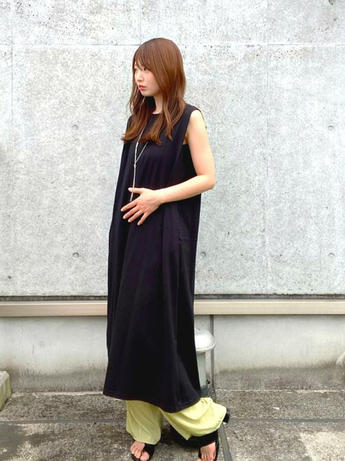黒GUワンピース×緑パンツの夏コーデ
