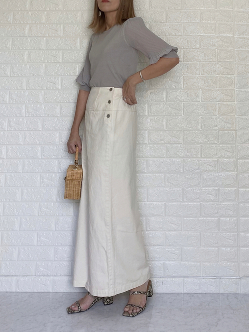 GUプリーツトップス×白スカートの夏コーデ