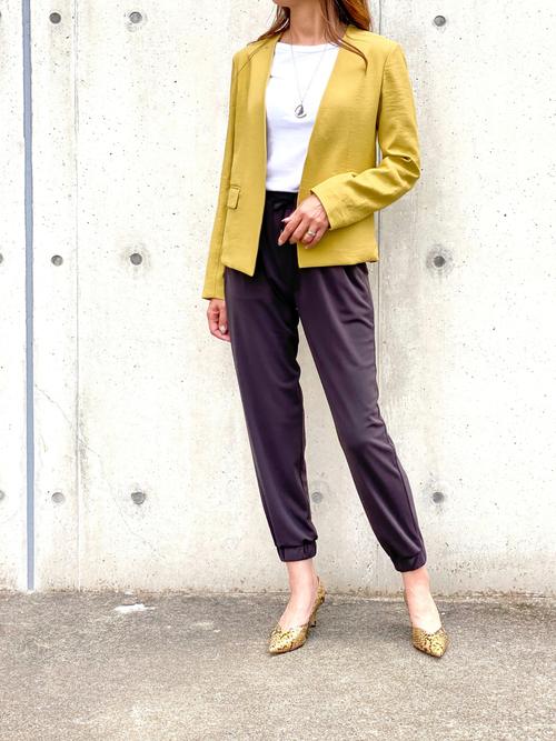 ベージュパイソン柄靴×黄色ジャケットコーデ