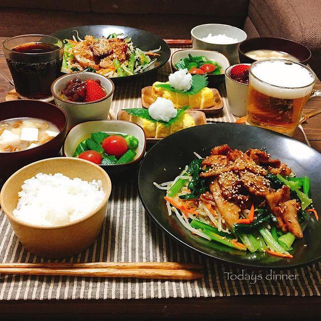 豚肉、もやし、人参、小松菜、焼き肉、ご飯。
