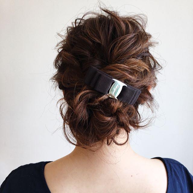 バレッタがアクセントのヘアスタイル