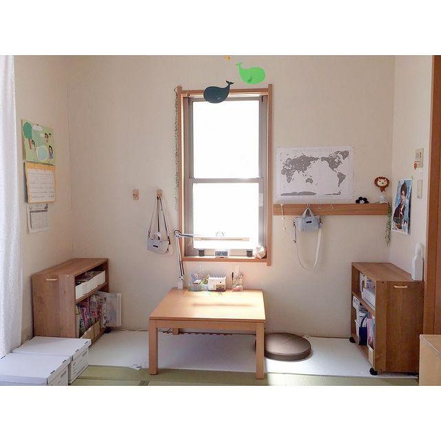 吊るす収納もできる和室の飾り棚