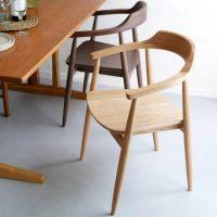 ナチュラルな風合いが魅力的な「椅子」。凛とした佇まいが美しい!