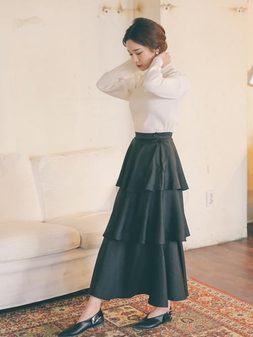 黒フリルスカート×淡色トップスの春コーデ