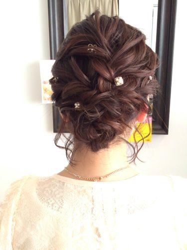 編みこみアップのヘアスタイル