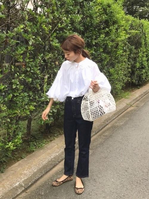 白ブラウス×黒デニムパンツの30代秋コーデ