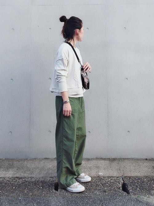 スウェット×カーキパンツの30代秋コーデ