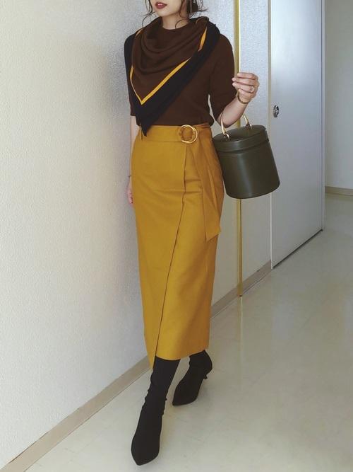 茶色ニット×黄色スカートの40代秋コーデ