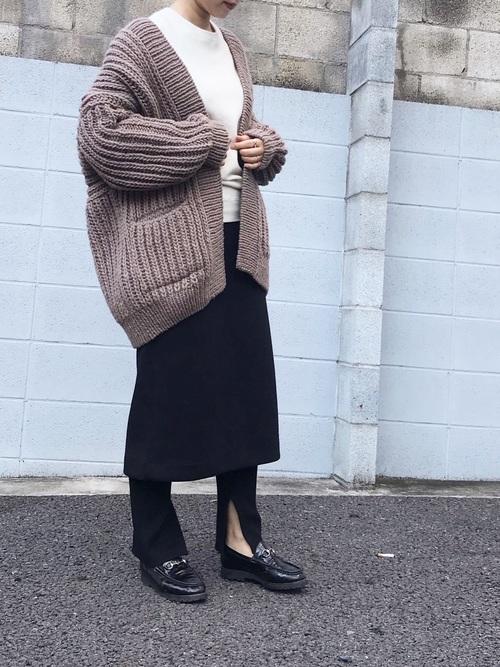 黒レギンス×黒ミモレ丈スカートの40代コーデ