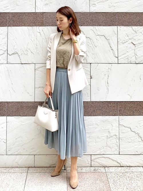 ユニクロ青スカート×ベージュトップスの夏コーデ