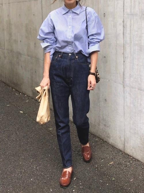 ブルーシャツ×紺デニムの30代秋コーデ