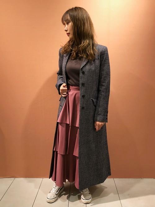 ピンクフリルスカート×黒コートの冬コーデ