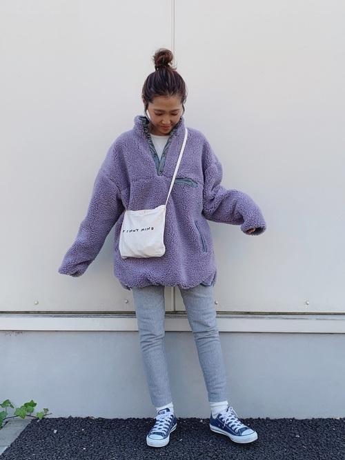 青スニーカー×紫ボアアウターコーデ