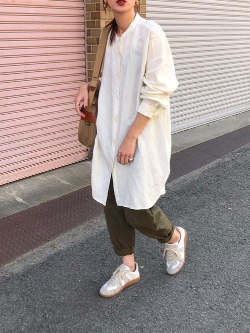 ZARA緑パンツ×白シャツワンピの秋コーデ