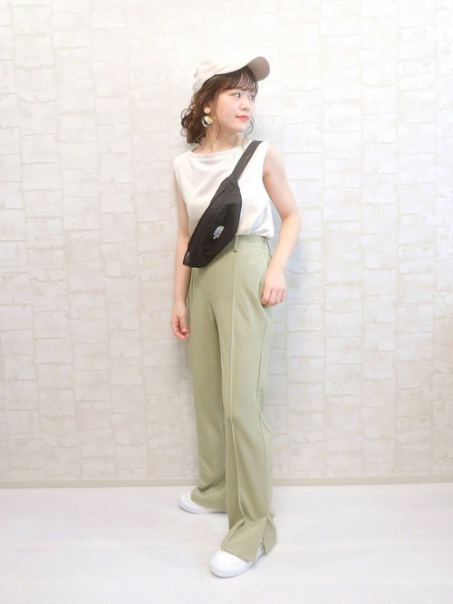 GU白Tシャツ×グリーンパンツの夏コーデ