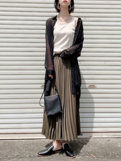 GUの黒シアーシャツ×プリーツスカート