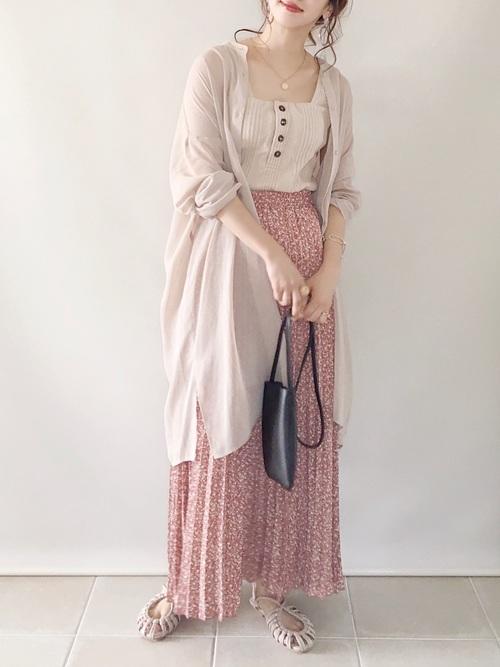 ベージュGUシャツ×ピンクスカートの夏コーデ