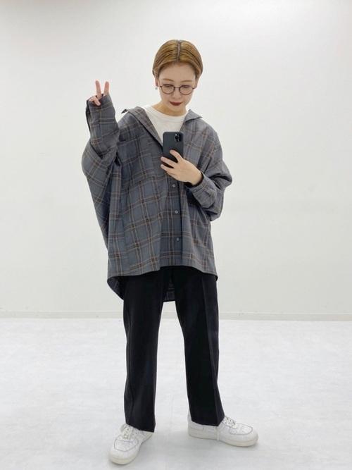 チェックシャツ×黒パンツの30代秋コーデ