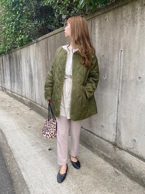 緑ジャケット×茶色パンツの30代秋コーデ