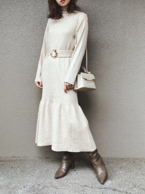 白リブニットワンピ×ブーツの40代秋コーデ