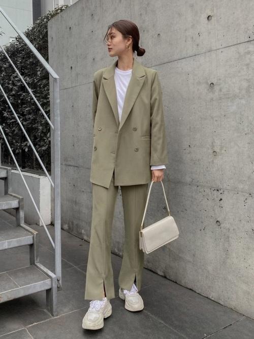 テーラードジャケット×白スニーカーの40代コーデ