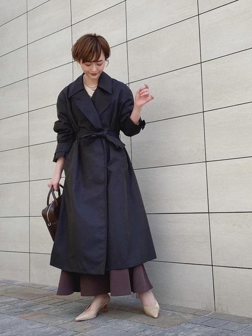 ベージュ靴×黒トレントコートコーデ