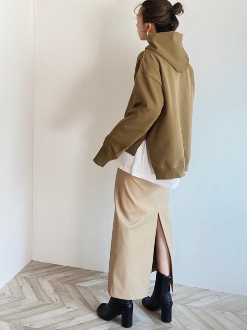 ベージュパーカー×スカートの30代秋コーデ